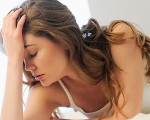Rối loạn tiền đình biểu hiện mất thăng bằng, chóng mặt.