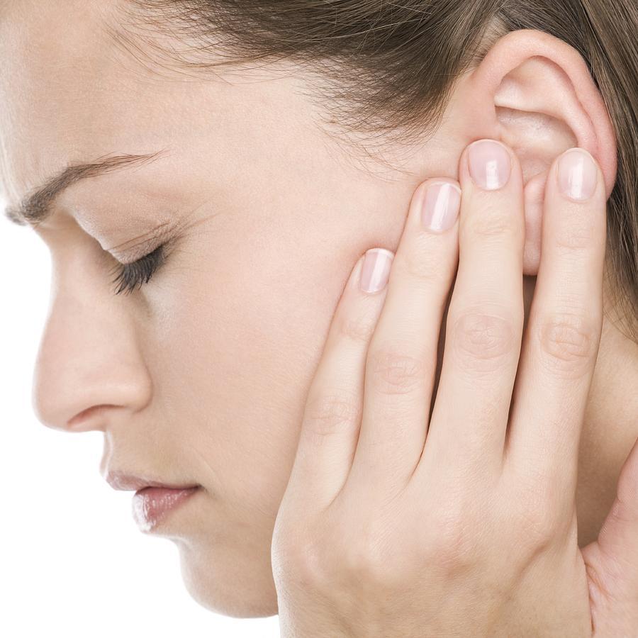 Ù tai + nghe kém: cần được thăm khám cẩn thận về tai mũi họng