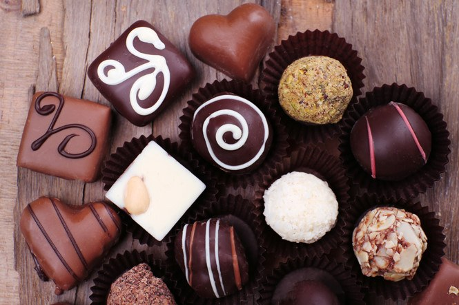 Trẻ không nên ăn nhiều socola và kẹo sữa